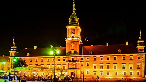 Königsschloss in Warschau bei Nacht